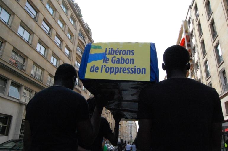 En signe de deuil des manifestants portent de faux cercueils. Crédit : Sana Sbouai